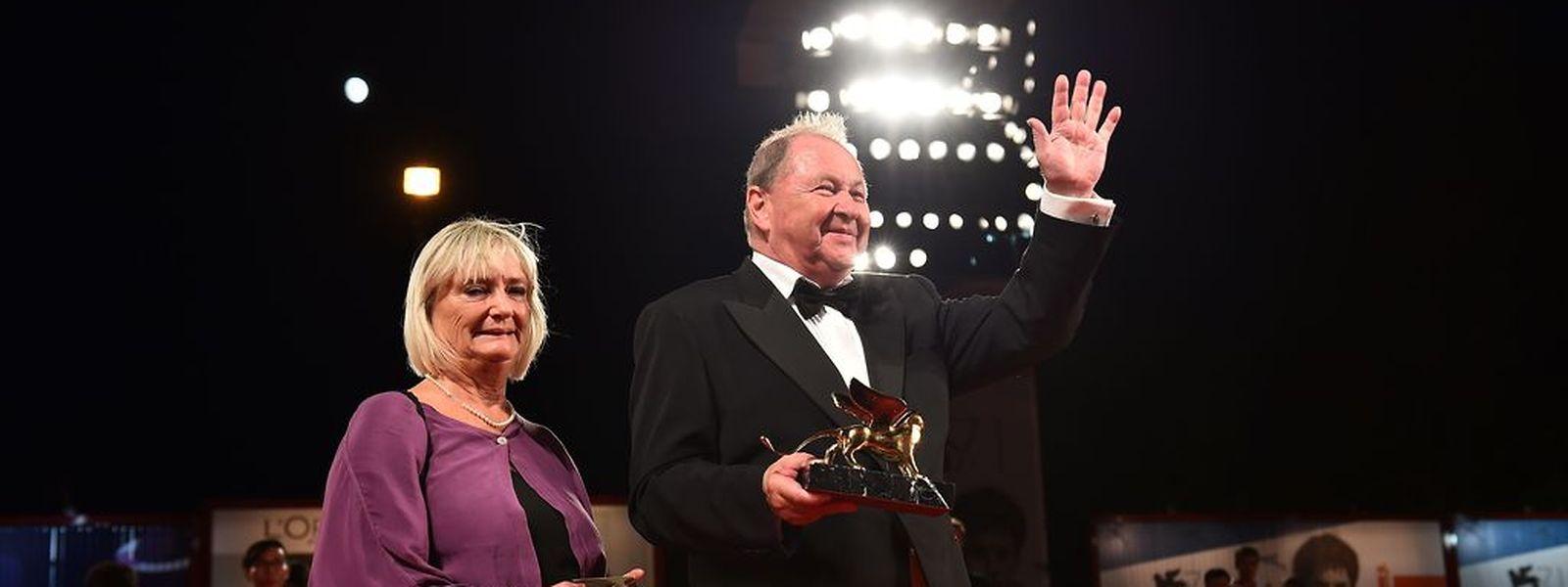 """Roy Andersson erhält den Goldenen Löwen für den besten Film für""""A Pigeon sat on a branch reflecting on existence""""."""