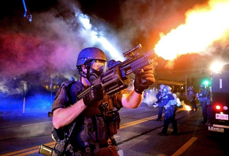 """Für dieses Bild eines Polizisten in Saint Louis, der eine Trängengas-Granate abfeuert, bekam die """"St. Louis Post-Dispatch"""" den Preis für Fotografie."""