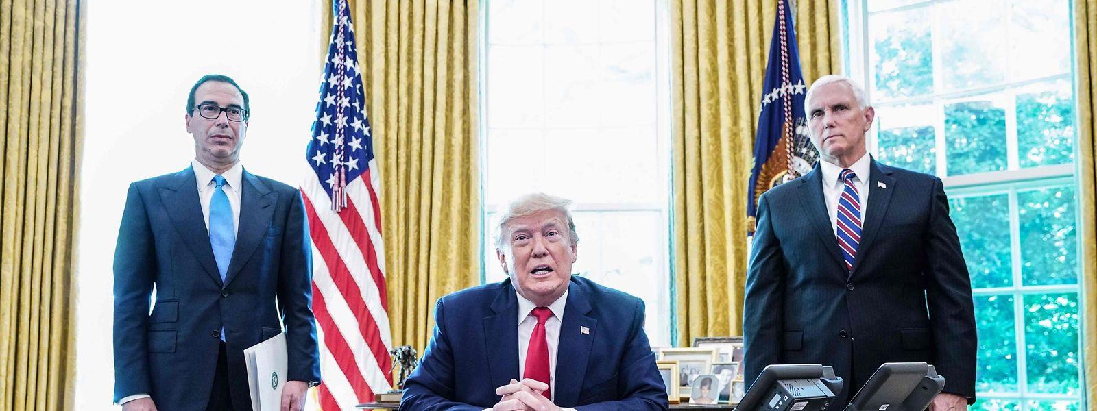 US-Präsident Donald Trump mit Vize-Präsident Mike Pence (R) und Finanzminister Steven Mnuchin vor der Verkündung der neuen Sanktionen gegen den Iran.