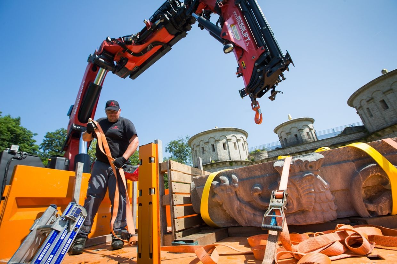 Am Donnerstagvormittag wurde das drei Tonnen schwere Stück in den Ausstellungsraum gebracht.