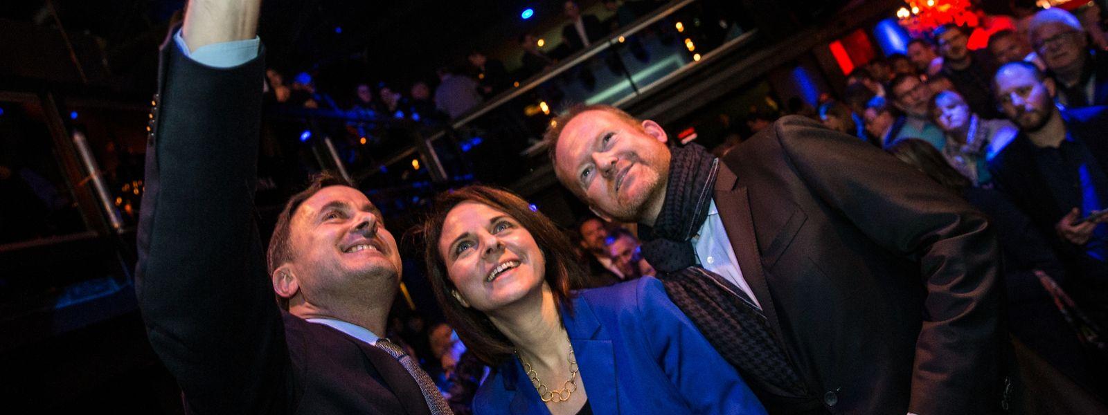 Premier Xavier Bettel, Parteipräsidentin Corinne Cahen und Generalsekretär Claude Lamberty freuen sich noch einmal über den Wahlsieg der DP.