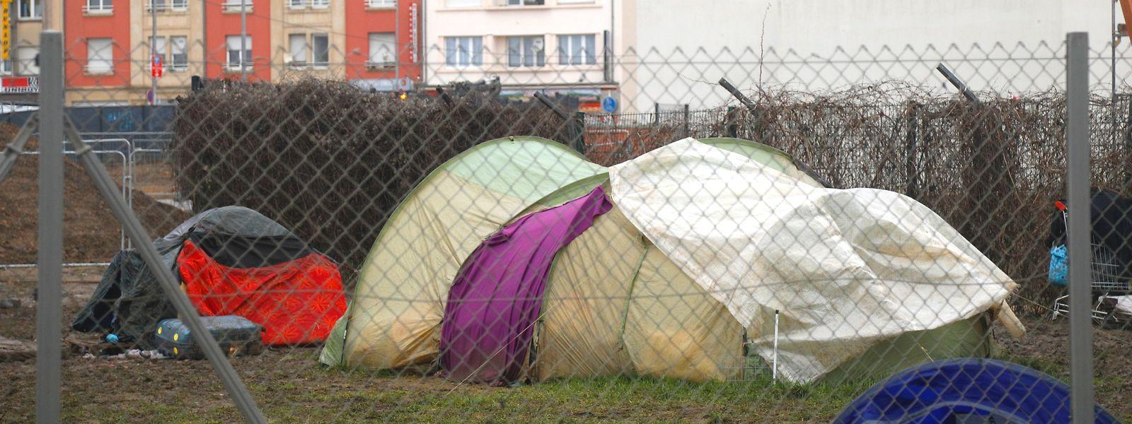 Aux abords de l'Abrigado, le campement sauvage témoigne de la précarité de nombreux usagers.