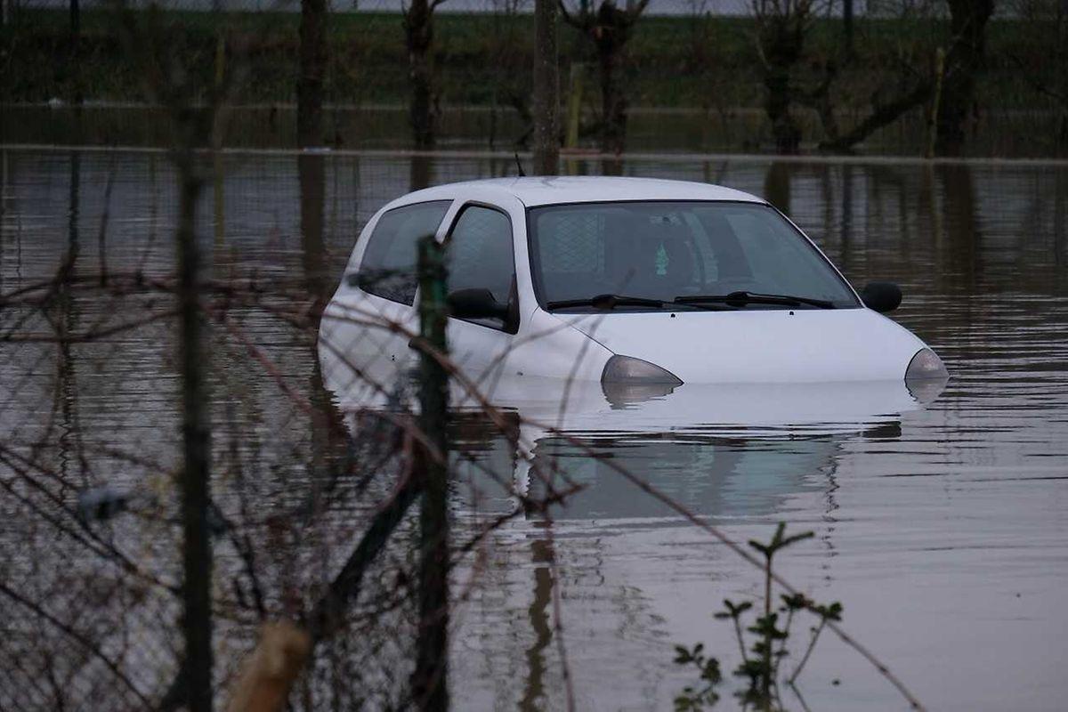 Während die Autos auf den Brücken noch fahren konnten, versanken sie woanders im Wasser (Remich).