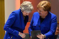 10.04.2019, Belgien, Brüssel: Theresa May (l), Premierministerin von Großbritannien, und Bundeskanzlerin Angela Merkel (CDU), lachen bei einem Gespräch vor dem offiziellen Abendessen des EU-Sondergipfels zum Brexit. Kurz vor dem Beginn des EU-Sondergipfels zum Brexit hat sich eine erneute Verschiebung des britischen EU-Austritts abgezeichnet. Foto: Leon Neal/PA Wire/dpa +++ dpa-Bildfunk +++