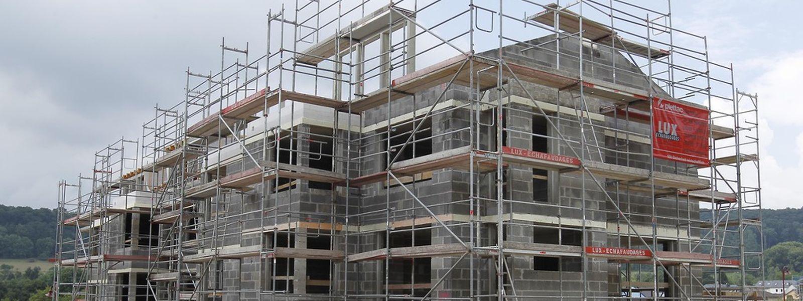 Die neue Rechtslage soll bereits eingereichte Baugenehmigungen vor Beanstandungen auf Basis der Leitpläne schützen.