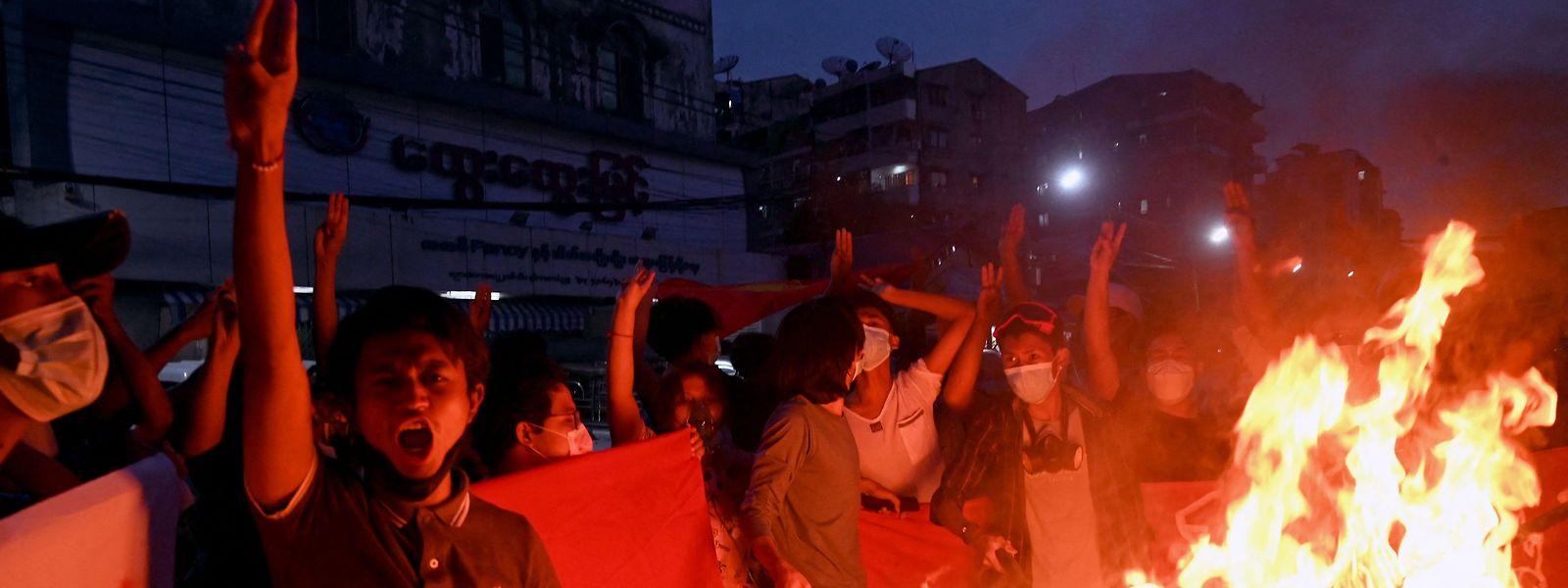 Auch sechs Monate nach dem Militärputsch gehen die Menschen zu Tausenden auf die Straße, um gegen die Junta zu demonstrieren. Die reagiert mit Gewalt und Verhaftungen.