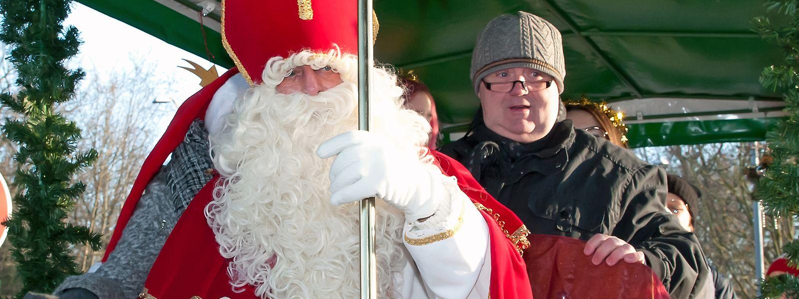Nachdem er mit dem Zug am Bahnhof von Bettemburg angekommen ist, geht es für den Kleeschen per Anhängerwagen zur Sporthalle, wo die braven Kinder ihre Tüte mit Süßigkeiten abholen konnten.