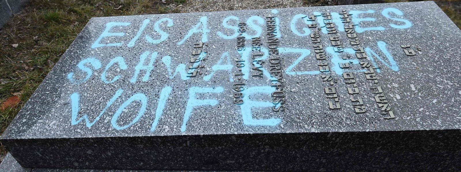 """Ein Grabstein in Quatzenheim wurde mit dem Schriftzug """"Elsassiches Schwarzen Wolfe"""" (sic!) verunstaltet. Der Tag ist offenbar ein Hinweis auf eine Separatistengruppe, die in den den 1970er Jahren im Elsass aktiv war."""