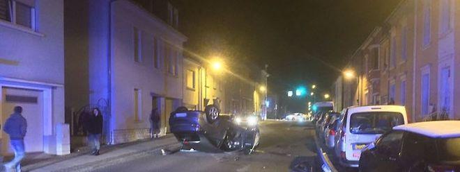 Mitten in der Straße hat sich das Auto überschlagen.