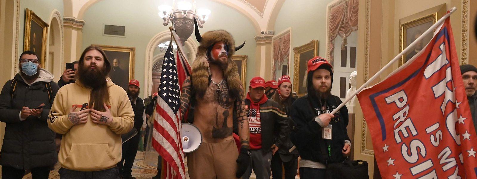 Nachdem Randalierer das Kongressgebäude gestürmt hatten, mussten die beiden Kongresskammern ihre Sitzungen zeitweise unterbrechen.