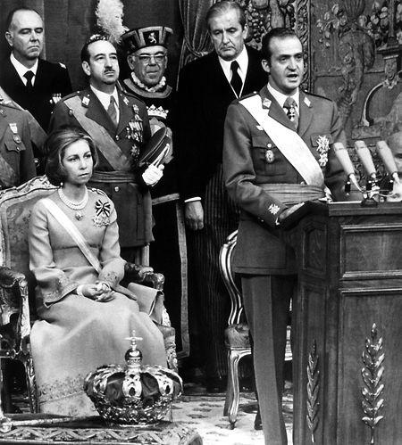 22. November 1975 in Madrid: König Juan Carlos von Spanien hält im Beisein von Königin Sofia seine Thronrede im Ständeparlament.