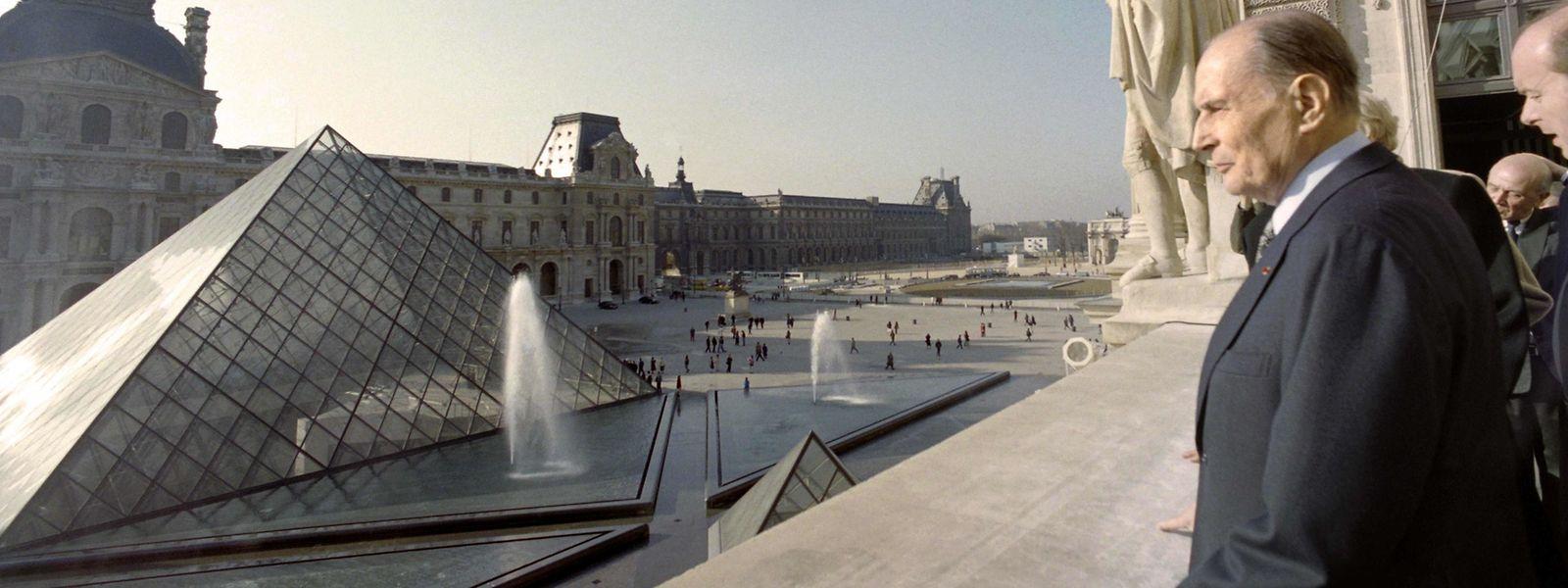 Francois Mitterrand, président français, inaugure la pyramide du Louvre le 18 novembre 1993.