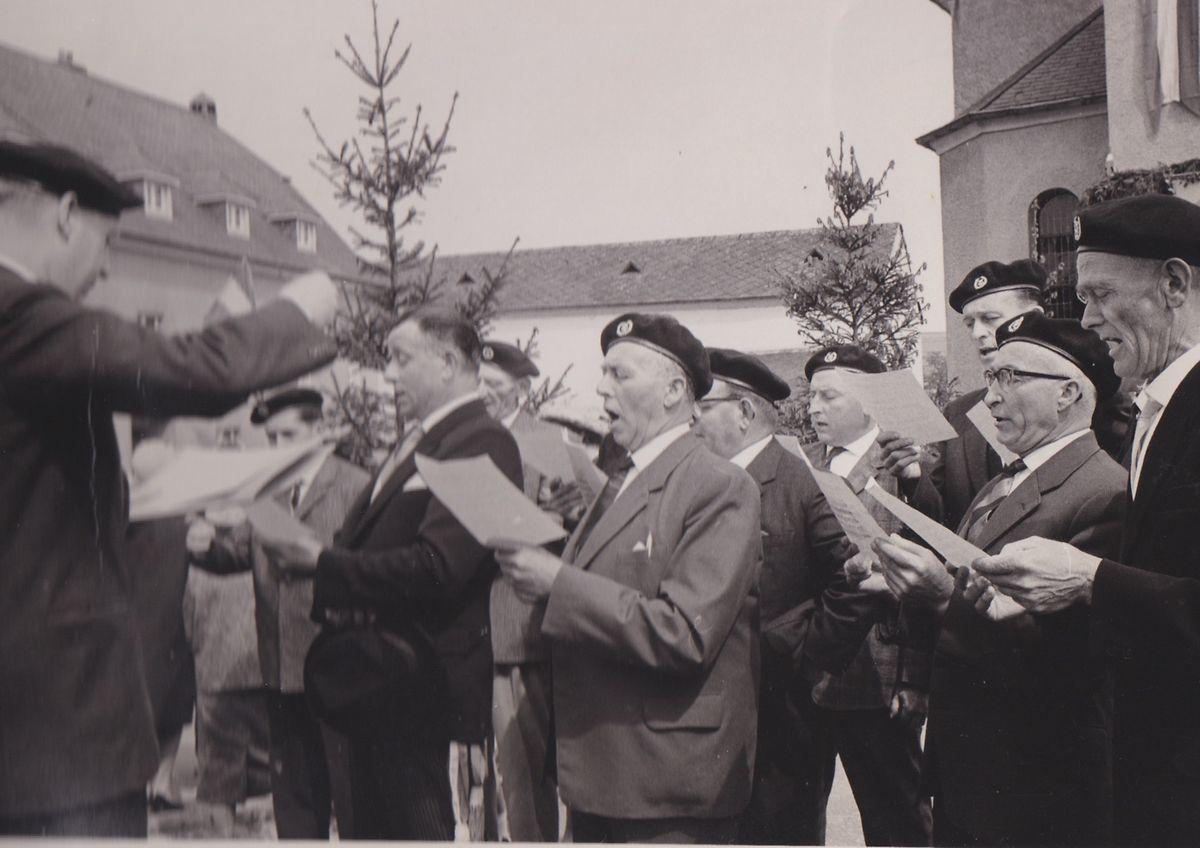 Die Chorale Sängerbond singt unter Dirigent Oscar Leonardy im Rahmen der Firmungs-Feier 1964  vor der Pfarrkirche in Fouhren.