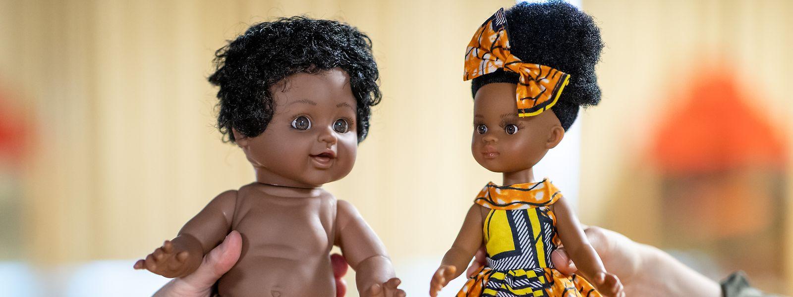 Die linke Puppe trägt nur einen Lendenschurz in Leopardenmuster. Zudem sind die Gesichtszüge denen einer hellhäutigen Puppe nachempfunden, so die Mitarbeiter des Museums in Nürnberg. Das Spielzeug rechts wirke dagegen modern – und nicht rassistisch.