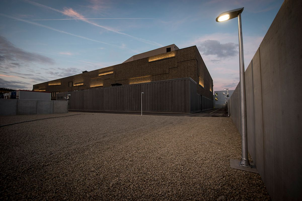 Le bâtiment vu, de nuit, depuis un carré qui permettrait une extension en cas de besoin