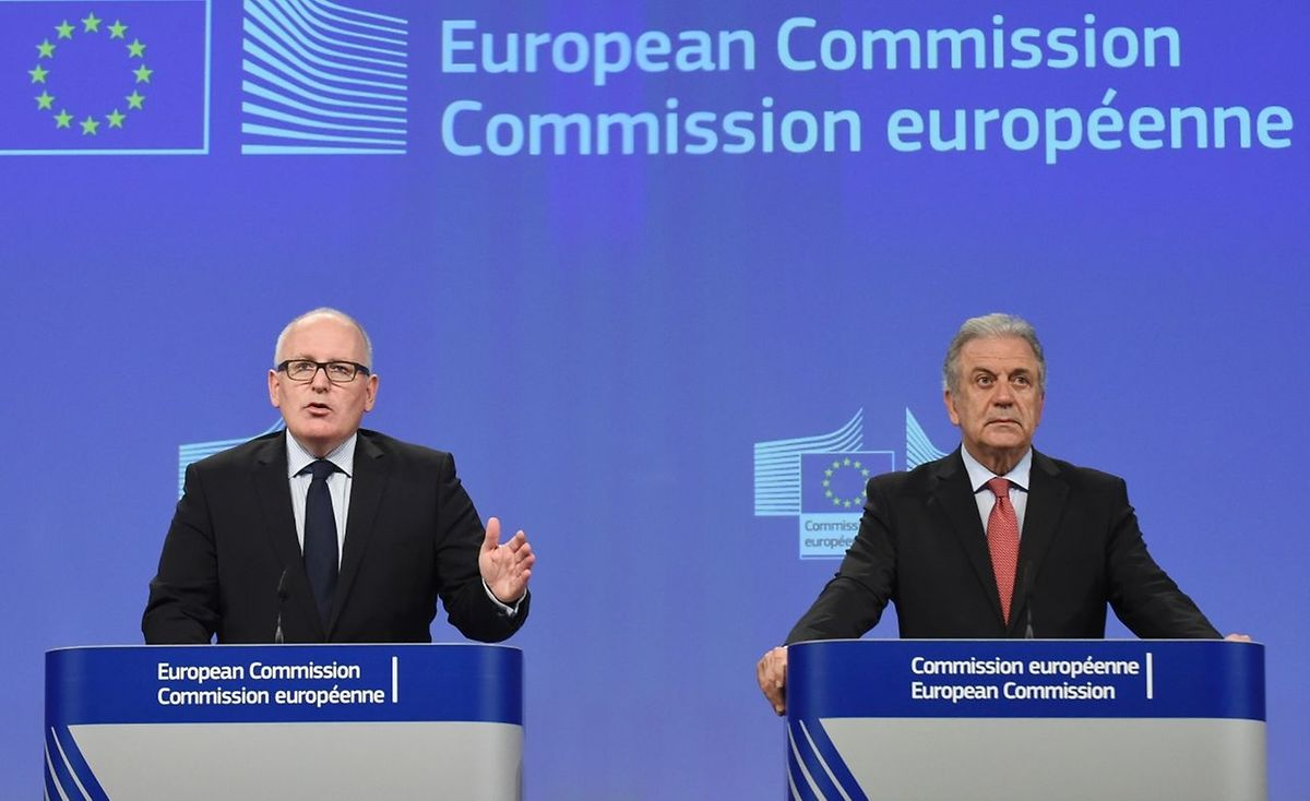 Frans Timmermans (L) und Dimitris Avramopoulos stellten der Presse erste Denkansätze gemeinsam vor.