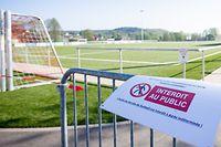 """Ein Schild """"Interdit au public"""" - Zutritt verboten - hängt an einem Absperrgitter vor dem Fussballplatz in Feulen/ Sport, 2020 / 26.04.2020 /Sportplaetze während der Corona-Zeit / Centre sportif, Feulen /Foto: Ben Majerus"""