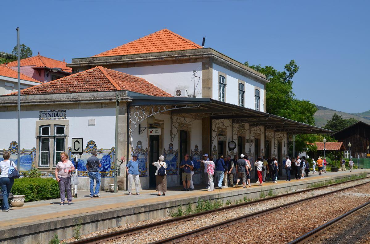 Mehrmals am Tag füllt sich der Bahnhofsteig in Pinhão. Touristen versuchen beim kurzen Fotostop die 27 Kachelmotive – Azulejos genannt - zu knipsen.