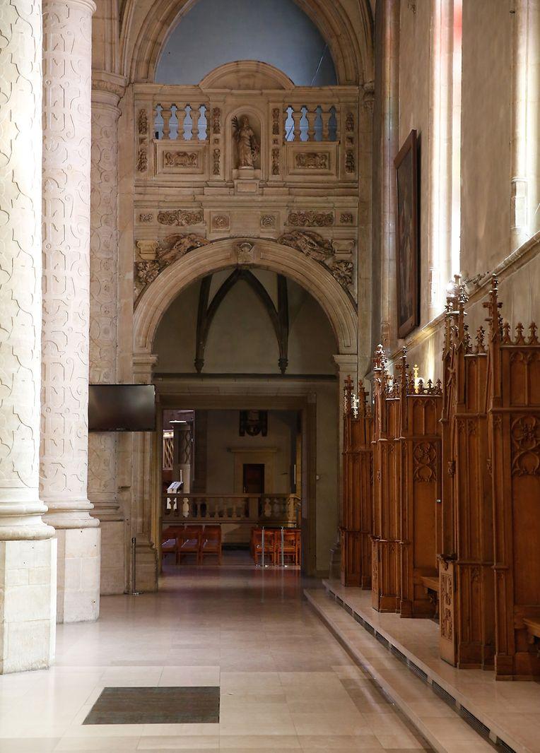 In den Bögen waren damals Kapellen. Rechts die zu Ehren des Heiligen Kreuzes, links eine zu Ehren des Gründers des Jesuitenordens Ignatius de Loyola.
