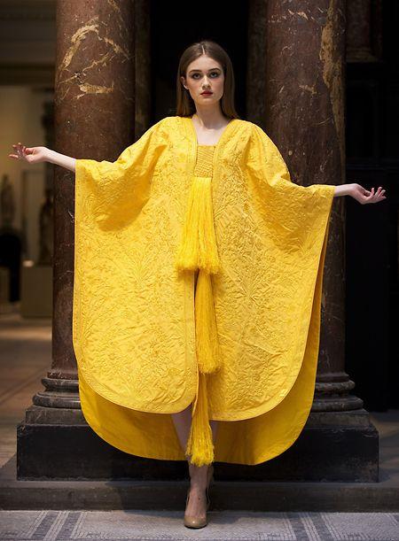 Wie es da wohl dem Modell Bianca Gavrilas unter ihrem goldgelb leuchtenden Umhang geht?