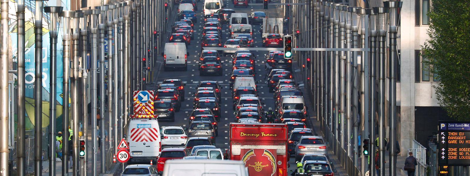 Encombrée, polluée et bruyante, Bruxelles ambitionne de s'inspirer de Londres, Milan ou Stockholm pour réduire ses embouteillages. Mais la mesure reste très impopulaire.