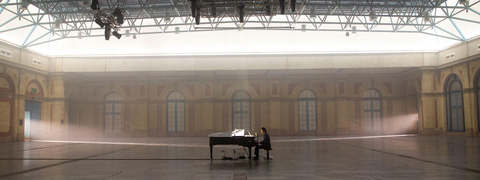 Der Musiker Nick Cave präsentiert sich heute Abend ganz allein am Klavier in einem Londoner Konzertsaal – ganz ohne Publikum.