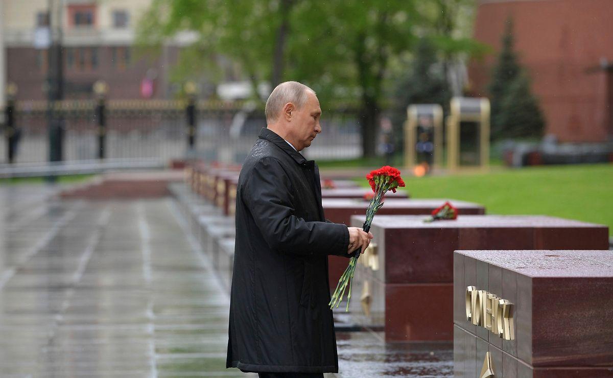 Wladimir Putin, Präsident von Russland, mit roten Nelken am Grab des unbekannten Soldaten in Rahmen der Feierlichkeiten zum 75. Tag des Sieges.