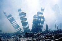 Überreste der Stahlfassade des World Trade Center in New York nach den Anschlägen vom 11. September 2001.