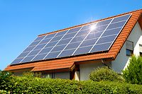 Foto solar-panel-on-red-roof-450w-72500704