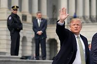 US President Donald Trump walks from the US Capitol after attending a St. Patrick�s Day lunch on March 15, 2018 in Washington, DC. / AFP PHOTO / MANDEL NGAN