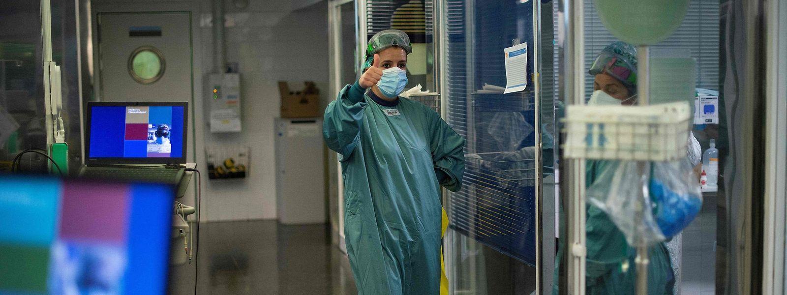 Le nombre de patients covid+ pris en charge à l'hôpital pour soigner leur infection a baissé de six cas en 24 heures.