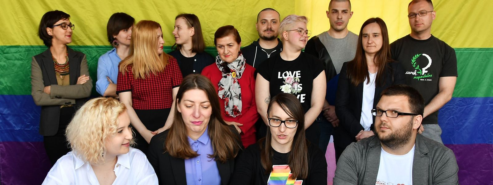 """Mitglieder der LGBT-Community zogen in Sarajevo von der Ewigen Flamme in Stadtzentrum zum knapp zwei Kilometer entfernten Parlamentsgebäude. Sie skandierten Parolen wie """"Die Stadt ist unser!"""" und """"Das ist Stolz!"""""""