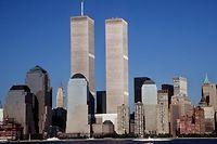 Blick von New Jersey über den Hudson River auf die Zwillingstürme des damaligen World Trade Centers in Manhattan.