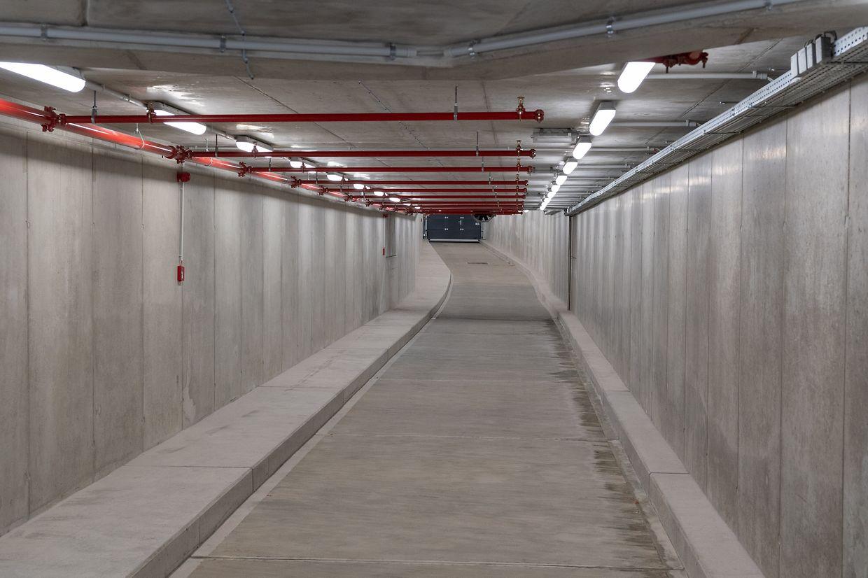 In den langen Tunnels sollen sich die ein-und ausfahrenden Autos einreihen, damit der Verkehr auf den Straßen (darüber) weniger gestört wird.