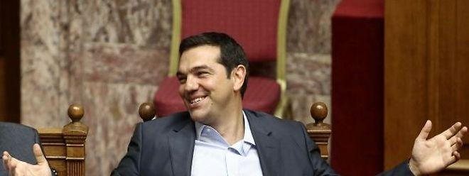 """O primeiro-ministro grego, Alexis Tsipras, considera que o acordo para o terceiro resgate do país é uma """"escolha forçada"""" do governo, tomada depois de """"esgotar todas as vias de negociação""""."""