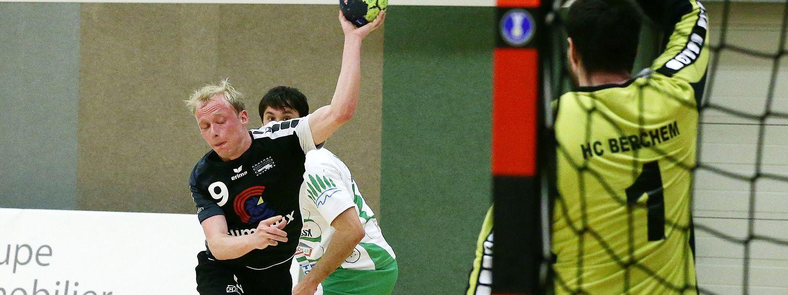 Dany Scholten kommt gegen Szilveszter Liszkai zum Abschluss.