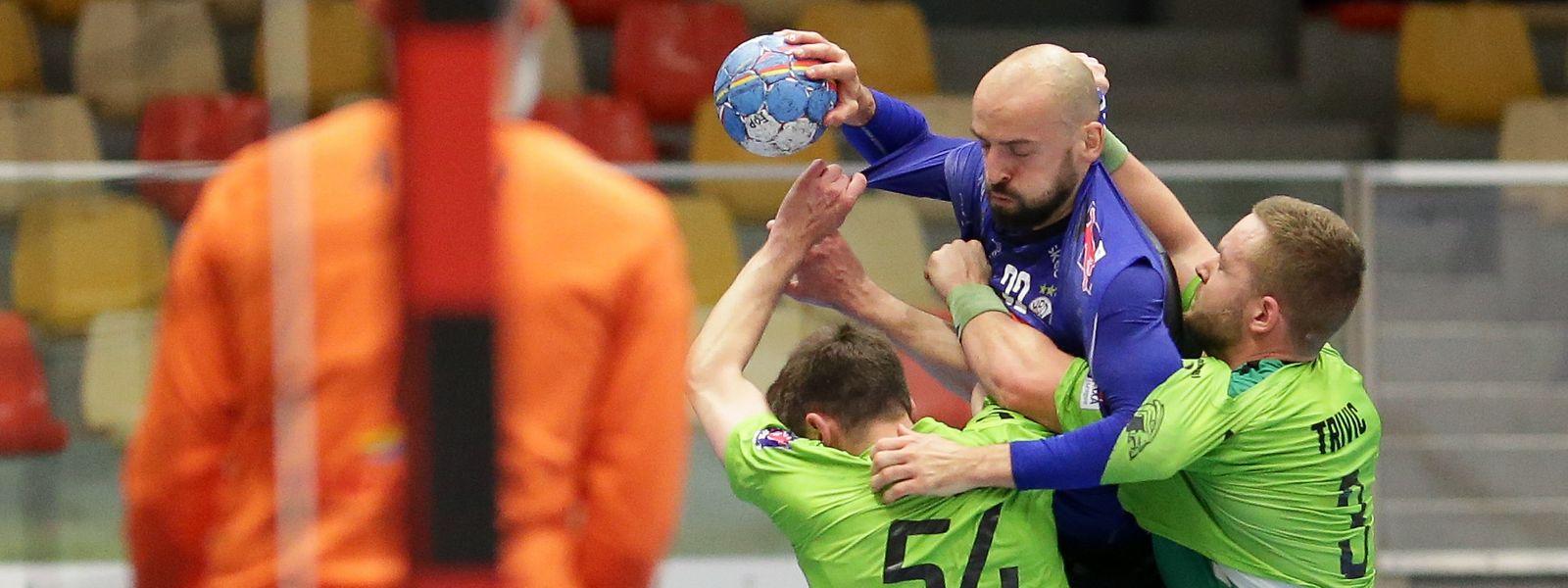 Düdelingens Neuzugang Boris Becirovic (am Ball), hier gegen Käerjengs Miroslav Rac und Milasin Trivic (r.), erzielt den erlösenden Siegtreffer.