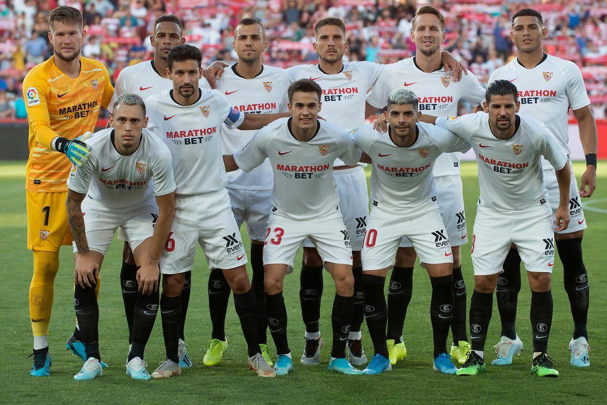 L'équipe du FC Séville, victorieuse (1-0) de Grenade en Liga. En haut, de g. à dr.: Vaclik, Fernando, Moreno, Carrico, De Jong, Diego Carlos. Assis (de g. à dr.): Ocampos, Navas, Reguilon, Banega, Nolito.