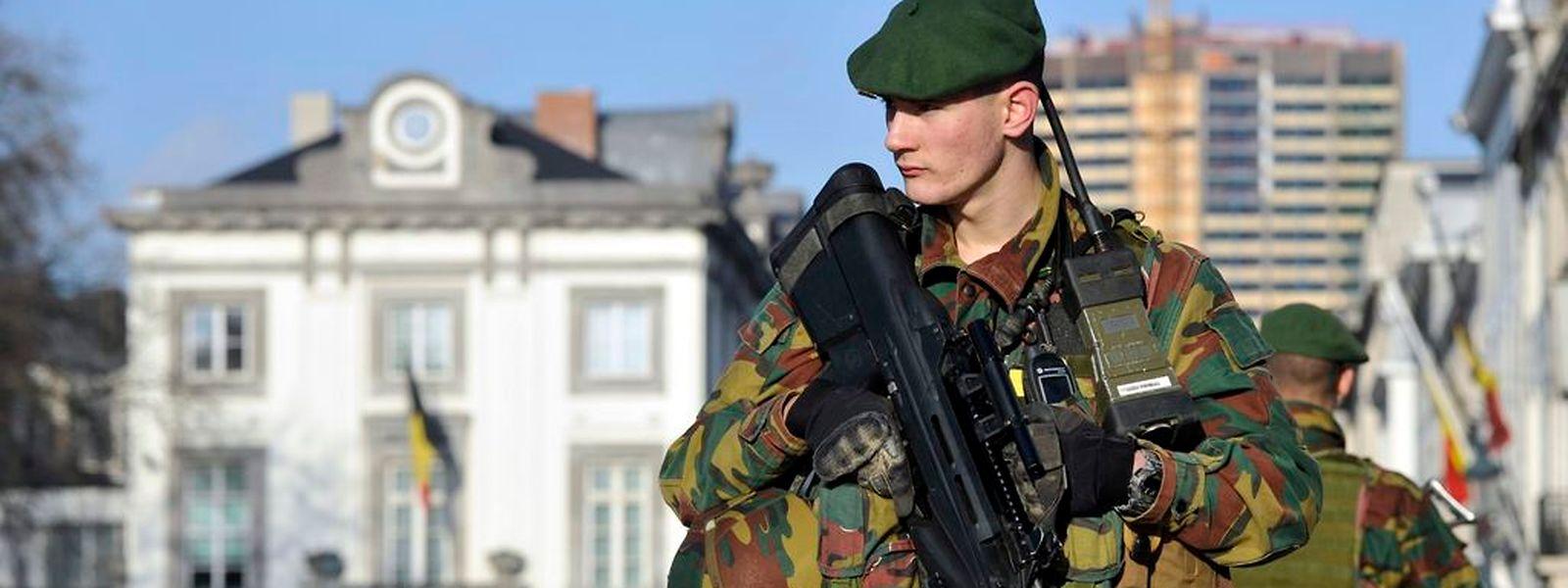 Belgische Fahnder suchen mit Hochdruck nach einem früheren Syrien-Kämpfer, der hinter dem vereitelten Anschlag gegen Polizisten stecken soll.