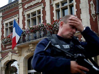 Ein Polizist vor dem Rathaus in Saint-Etienne-du-Rouvray bei Rouen.