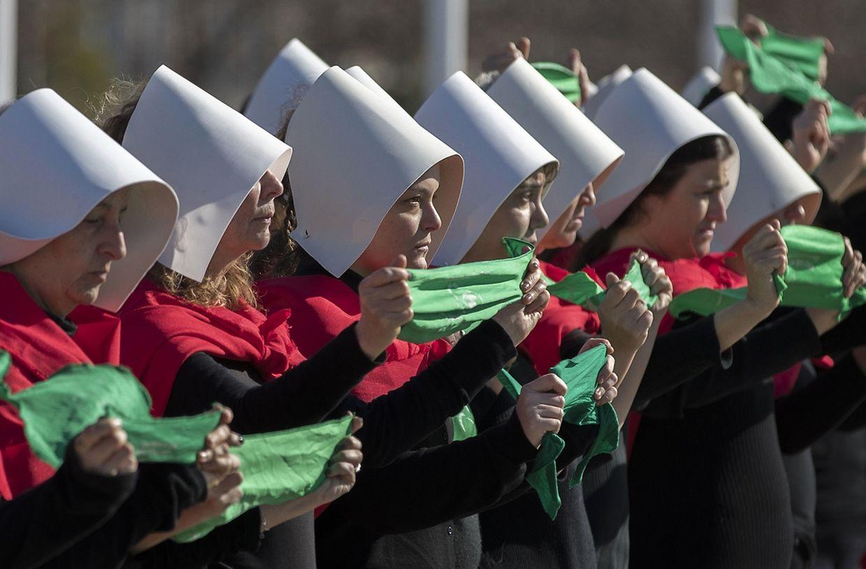 Manifestantes a favor da despenalização do aborto em iniciativa realizada no Parque de la Memoria, em Buenos Aires.