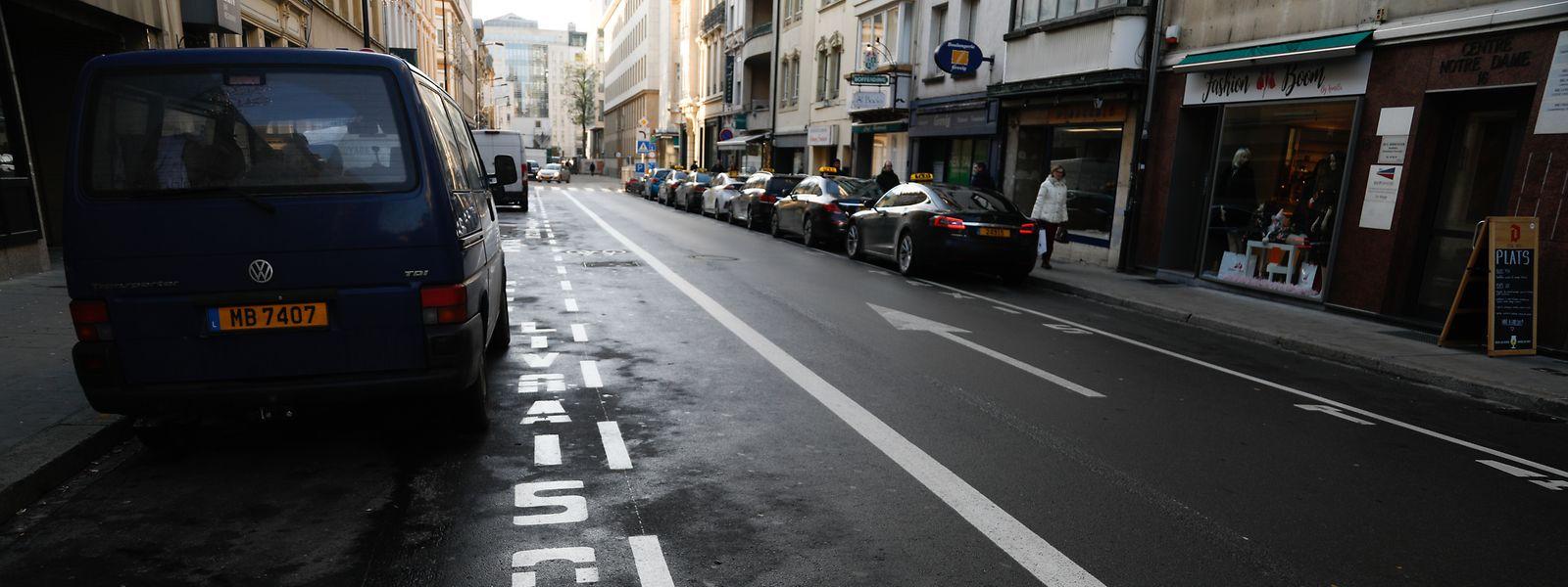 Pour «améliorer la qualité de vie» dans la rue Notre-Dame, les échevins de la capitale souhaitent notamment élargir le trottoir côté commerce.