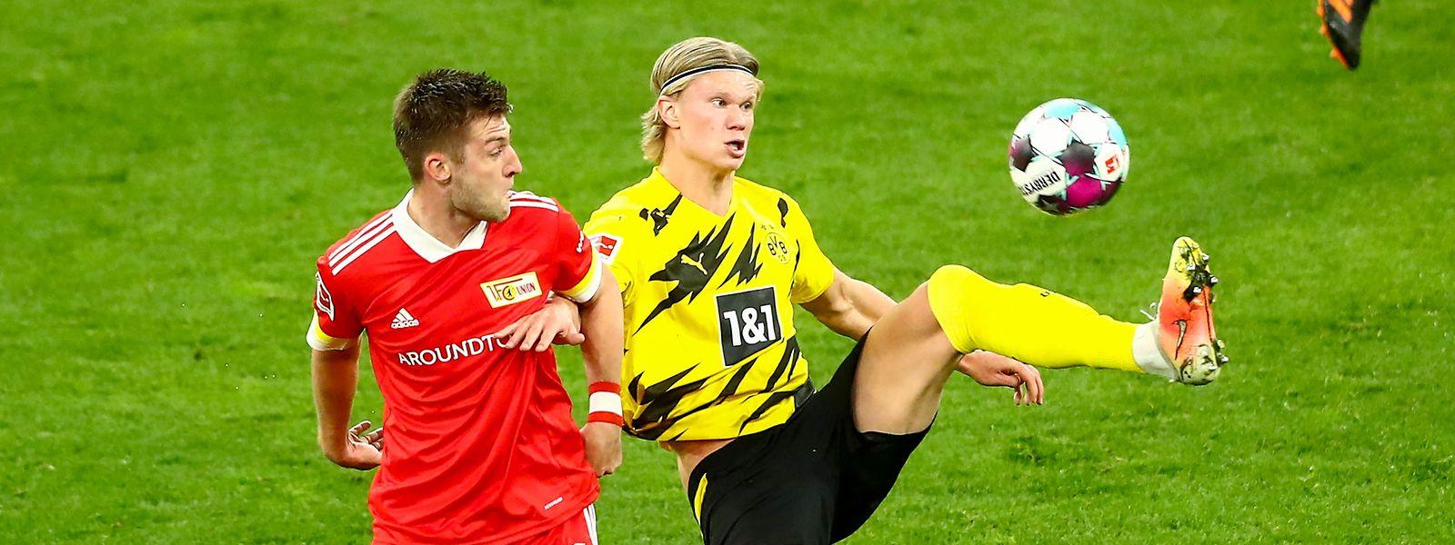 Der Dortmunder Erling Haaland lässt den Berliner Robin Knoche nicht an den Ball kommen.