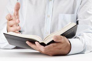 Bibel, Kirche, Beten, Fir de Choix, Religion, vie et soci�t� ,  hakk, studium, weisheit, arbeitszimmer, lernen, studie, studieren, studium, erwachsen, erwachsene, erwachsener, f�r erwachsene, aufmachen, er�ffnen, ge�ffnet, offen, offene, offenes, offentlichkeit, �ffentlich, �ffentlichkeit, �ffnen, �ffnete, angeh�rigen, besiedeln, bev�lkern, bewohnen, familie, leute, menschen, verwandten, volk, eine, einer, eins, bibel, leute, maenner, menschen, simsen, sms, text, dokument, etc, papier, allgemeinbildung, aufklarung, aufkl�rung, ausbildung, bildung, erziehung, p�dagogik, schulung, unterricht, allein, alleinstehend, alleinstehende, alleinstehender, einheitlich, einzel, einzeln, einzelner, einzelnes, einzig, gemeinsam, hagestolz, jungfrau, junggeselle, junggesellin, ledig, single, singleauskopplung, solo, solofrau, solomann, unverheiratet, vereint, konzepte, lesen, lesend, lesung, reading, leser, leserin, mensch, menschlich, menschliche, menschlicher, menschliches, seite, close-up, close-up, macro, nah, nahaufnahme, dagegen, einw�nde, gegenstand, objekt, k�rper, person, personen, religion, blatt, geleiten, hand, hande, handen, handgriff, handlanger, handschrift, handvoll, h�nden, reichen, seite, zeiger, album, bestrafen, buch, buchen, b�cher, e book, notieren, rasen, reservieren, schreiben, wettliste (FOTO: SHUTTERSTOCK)