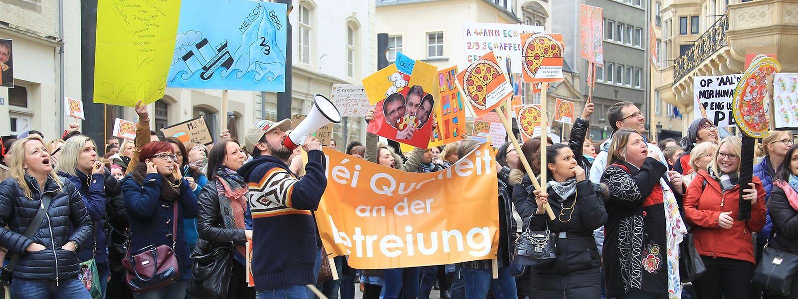 Erzieher, Sozialpädagogen und Lehrbeauftragte demonstrierten vor dem Parlament gegen die Reform.