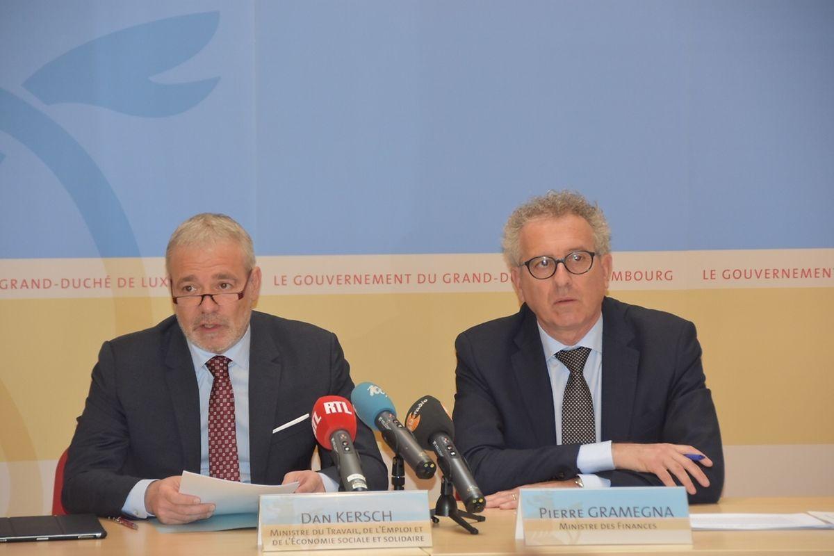 (de g. à dr.) Dan Kersch, ministre du Travail, de l'Emploi et de l'Économie sociale et solidaire; Pierre Gramegna, ministre des Finances, ont présenté la mise en place de l'augmentation du salaire minimum jeudi après-midi.
