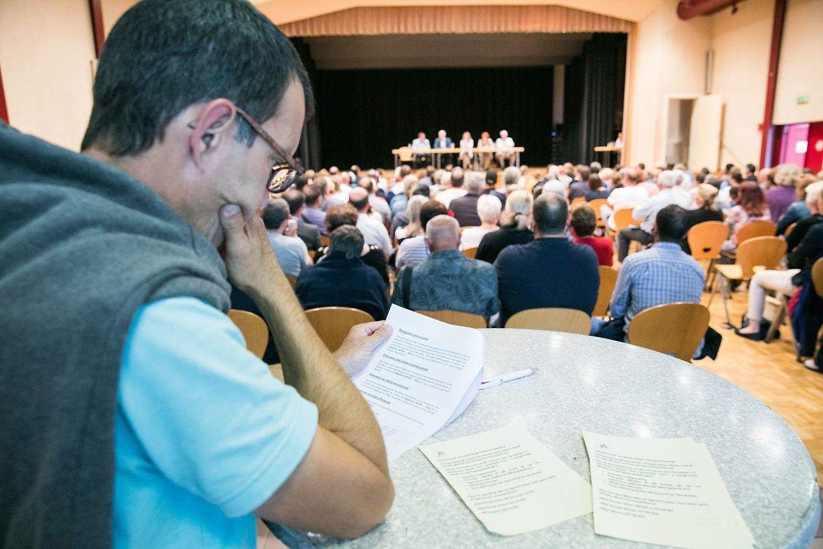In dem Festsaal von Lamadelaine lagen für Betroffene Formulare zur Beantragung von staatlichen Hilfen aus.