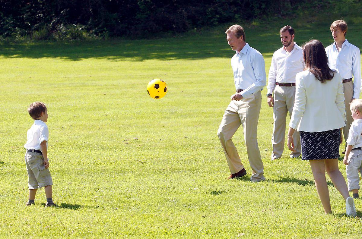 Le Grand-Duc ici en train de jouer au foot avec le prince Gabriel