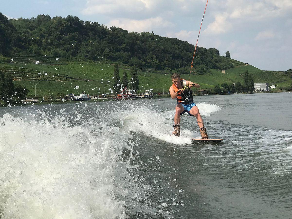 Maurice découvrant les joies du wakeboard au Luxembourg.