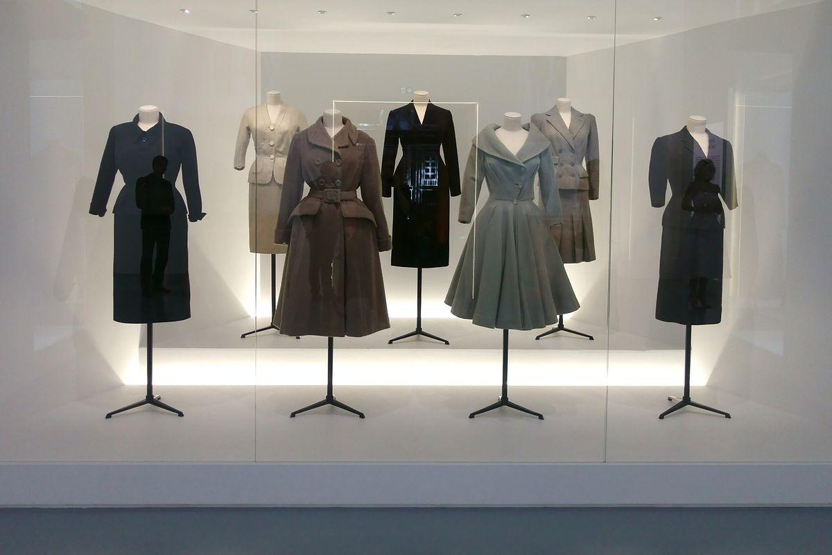 In einer theatralischen Inszenierung werden die ikonischen Modelle von Christian Dior gezeigt.